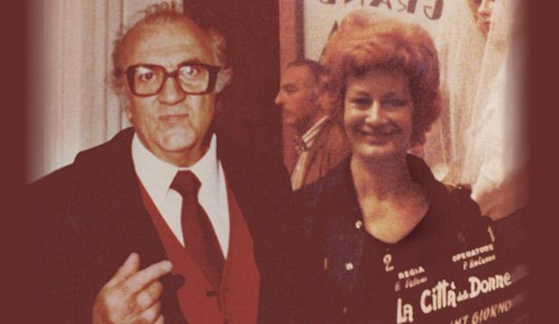 Fellini con Meri e il ciac del film, foto di Norma Giacchero, segretaria di edizione