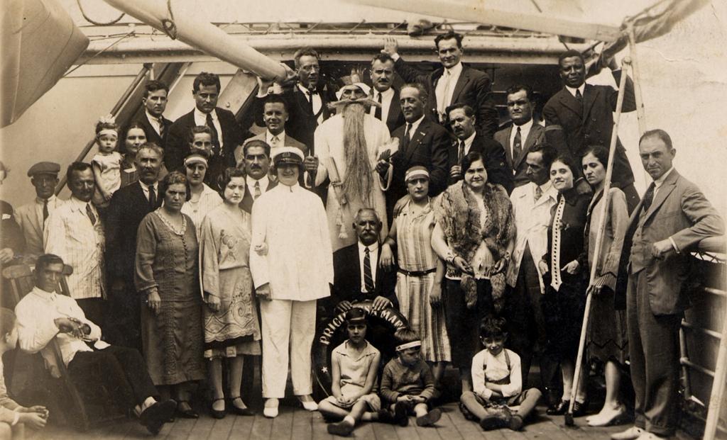 A bordo del Principessa Mafalda – 1928 Tornando in Italia dopo otto anni di vita a Buenos Aires, la madre mascherata da capitano e il padre il più in alto nella foto
