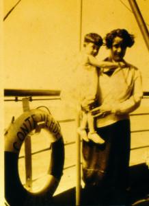 Meri in braccio alla madre sul Conte Verde, verso l'Argentina - 1930